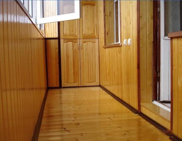 Примеры отделки балконов деревянной вагонкой изображены на фото
