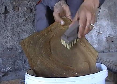 Промойте песчаник водой.