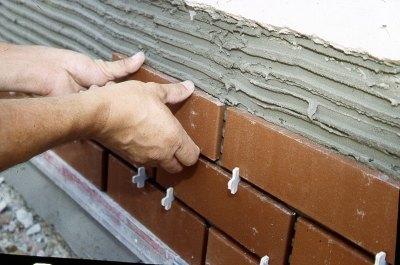 Процесс облицовки наружных стен