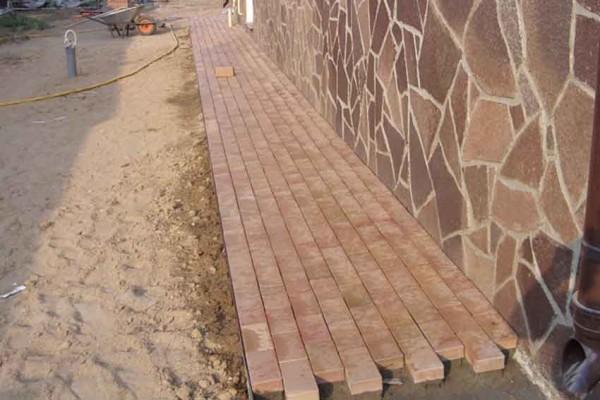 Процесс укладки тротуарной плитки.