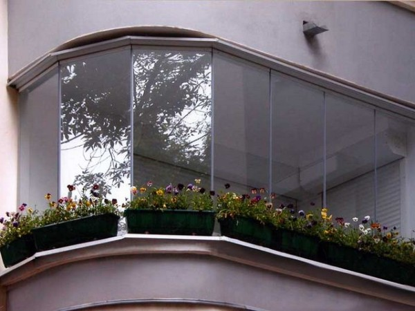 С чего начинать отделку балкона? Разумеется, с качественного остекления