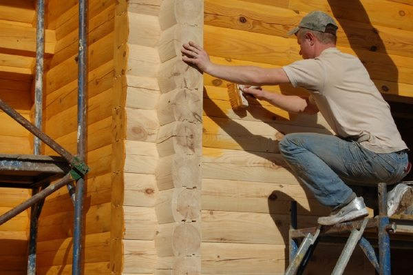 Самостоятельная покраска деревянных стен