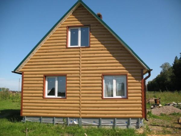 Сайдинг имитирующий бревно отлично смотрится на небольших домах