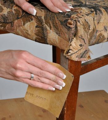 Снятие старой краски с деревянных поверхностей – давняя и казалось бы проверенная операция, но с постоянно возникающими проблемами