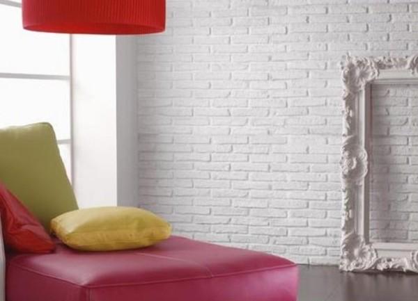 Стена из беленого кирпича.