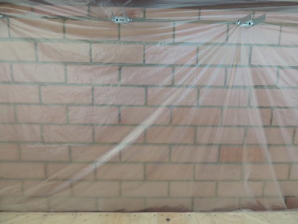 Стена, покрытая пароизоляцией.
