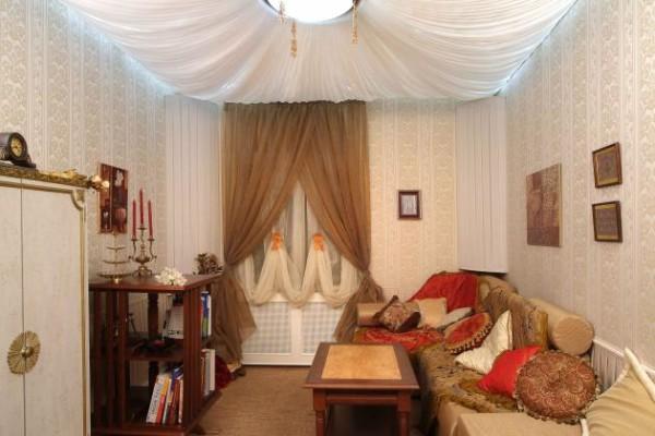 Стены в спальне можно обтянуть тканью