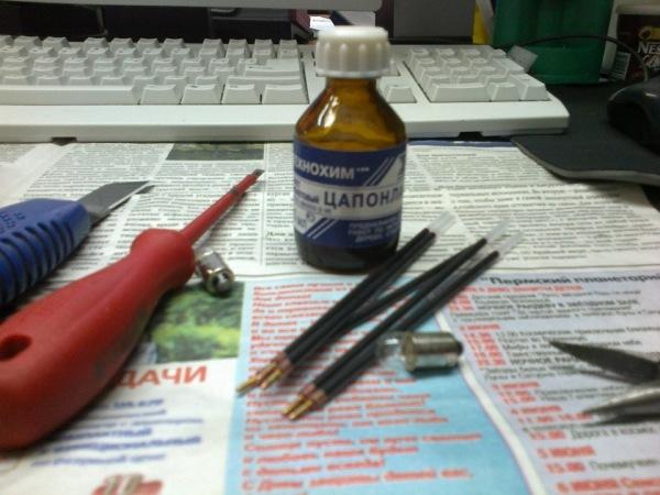 Цапонлак окрашивается в нужный цвет пастой из шариковой ручки.