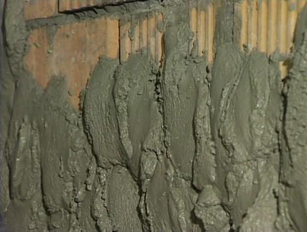 Цементно-песчаный раствор – это то, чем оштукатурить цоколь дома лучше всего.