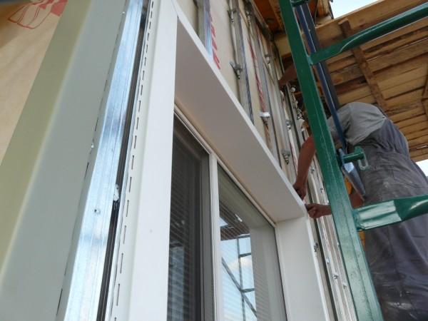 Виниловое обрамление арочных окон при отделке дома