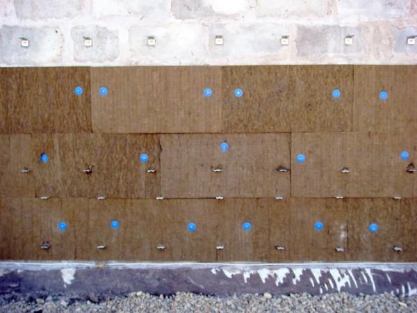 Утеплитель, прикрепленный фасадными пластиковыми дюбелями.