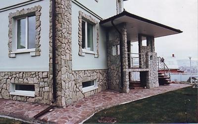 Внешняя отделка фасада декоративным камнем.