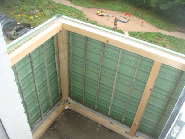 Внутренний каркас нужен для удобства установки оконных рам, а также для закладки утеплителя впоследствии