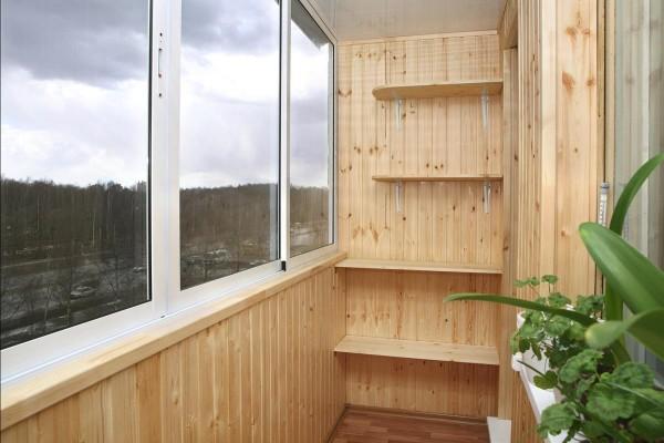 Внутренняя отделка балкона деревом (вагонка)
