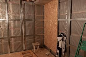 Внутренняя отделка стен из ОСП выполняется по обрешетке