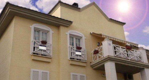 Водоэмульсионная фасадная краска на основе акрилатов украсит и защитит «лицо» вашего дома