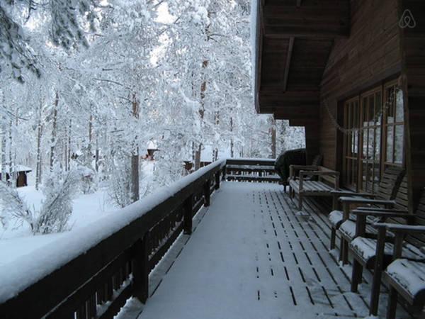 Выбирая, чем покрасить пол на веранде, помните про зиму.