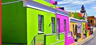 Яркое оформление фасада: фото
