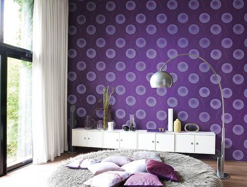 Затемнение стены фиолетовыми шпалерами для создания уюта