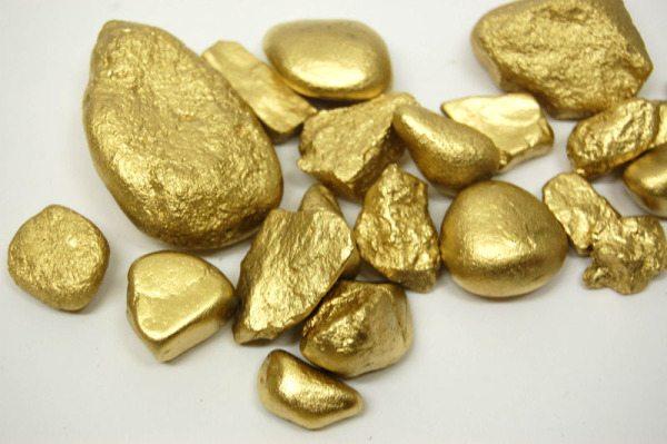 Золотая краска по камню всегда очень привлекательна уже сама по себе, теперь главное только найти правильное место этим «сокровищам»