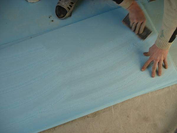 Часто, в зависимости от рабочей поверхности, требуется использование специального клея и способа нанесения – на фото подготовка для клейки на рулонный пенопласт