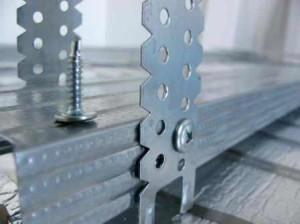 А всё держится на металлическом профиле и соответствующем крепёжном материале – к ним особое внимание