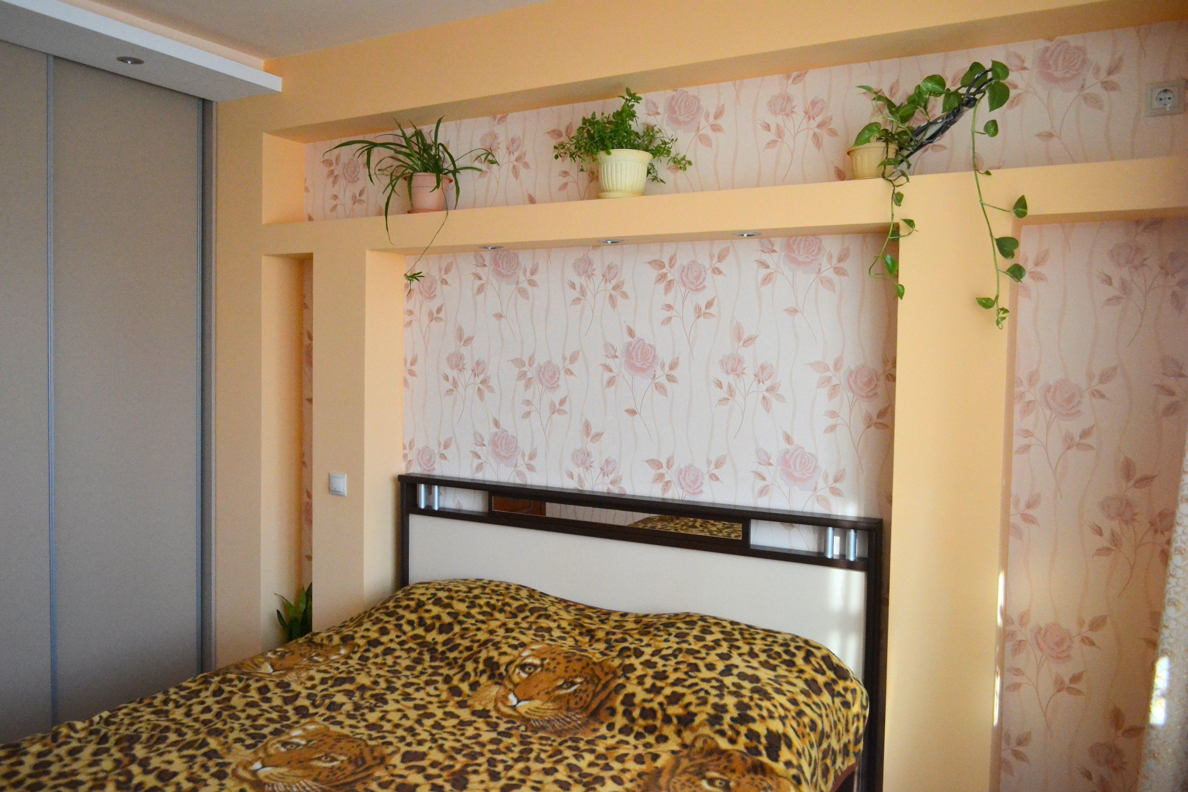 Акцентирование ниш в спальне – отличный способ подчеркнуть рельефность стены