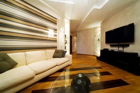 Акцентная стена с горизонтальной полосой в качестве декора в интерьере гостиной