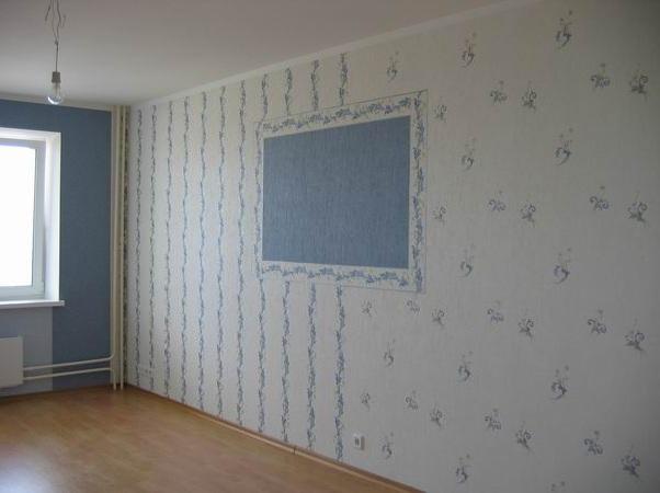 Акцентная стена, вставка и зонирование отлично гармонируют в гостиной