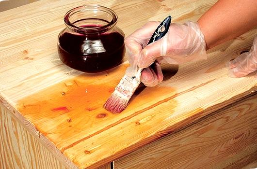 Антисептирование древесины перманганатом калия перед монтажом.