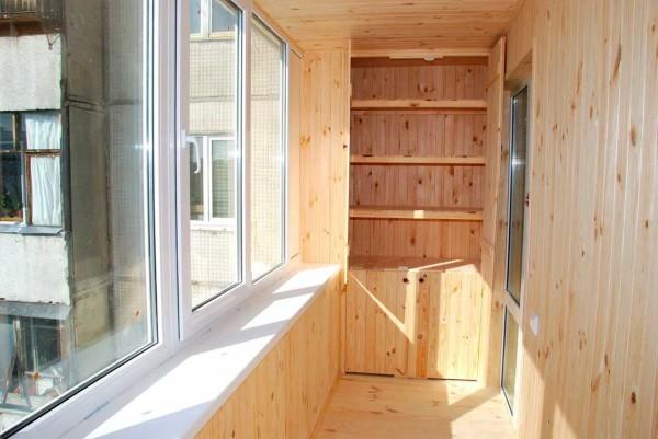 Балкон после утепления и внутренней обшивки вагонкой.