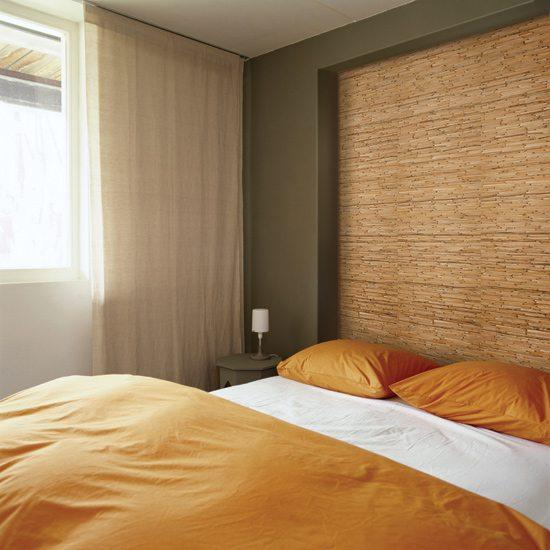 Бамбуковые натуральные обои в интерьере спальни