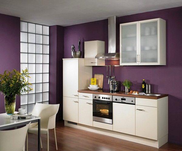 Белая мебель – лучшее дополнение к фиолетовым настенным покрытиям на кухне