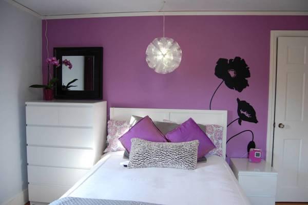 Белая мебель – отличное решение для фиолетовых стен