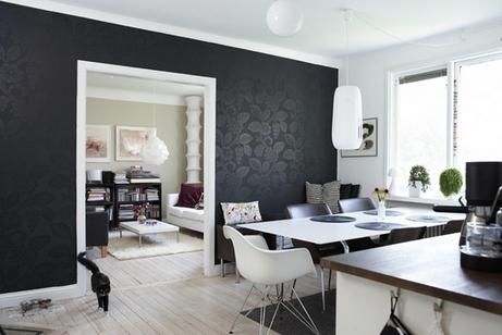 Белая мебель и чёрные обои