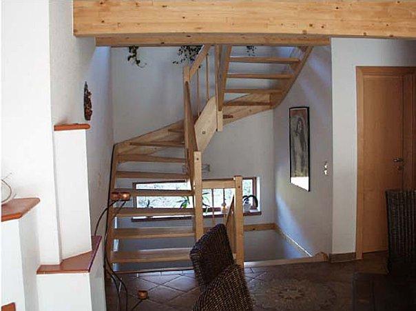 Белый цвет облицовки в соседстве с деревом сделают дом большим и светлым.