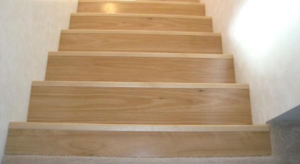 Бетонная лестница, облицованная ламинатом