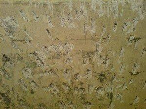 Бетонная стена с нанесёнными топором насечками
