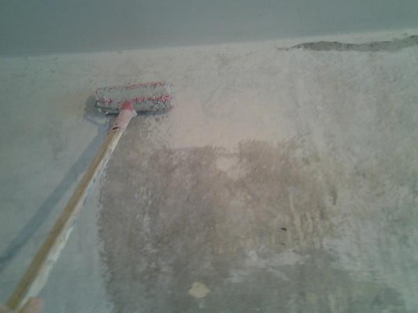 Бетонные стены особенно нуждаются в грунтовании перед оштукатуриванием