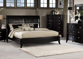 Бежевые обои для спальни с темной мебелью