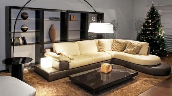 Бежевый диван.