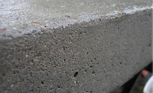 Благодаря пористой структуре бетон поглощает большое количество грунтующего состава.
