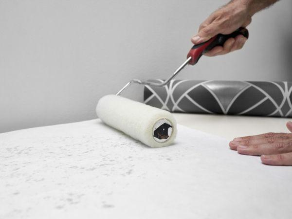 Большинство видов обоев требуют нанесения клея на стену, но в некоторых случаях инструкция заставляет начинать именно с отделочного материала