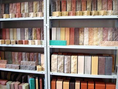 Большое разнообразие фасадного кирпича порой может заставить растеряться даже опытных мастеров