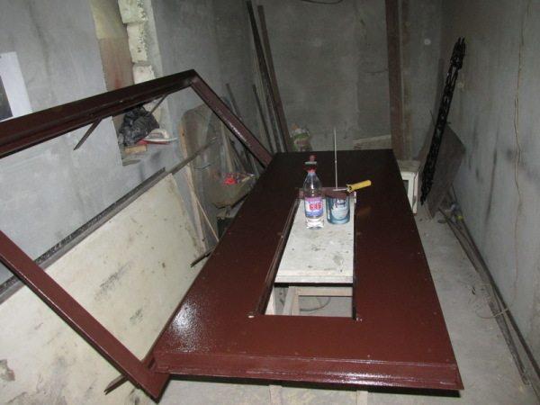 Чаще всего такое покрытие используют для защиты и декорирования входных дверей и металлических стеллажей