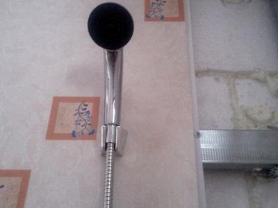 Часть стены ванной с установленными панелями
