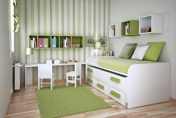 Чередующиеся полоски на обоях удачно перекликаются с декором мебели