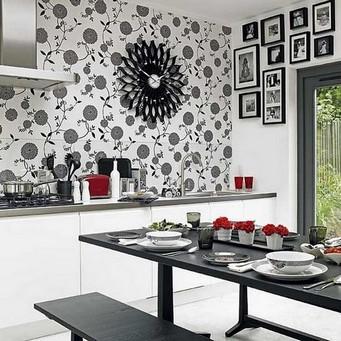 Черно-белые обои в интерьере кухни – строгость и эстетичность