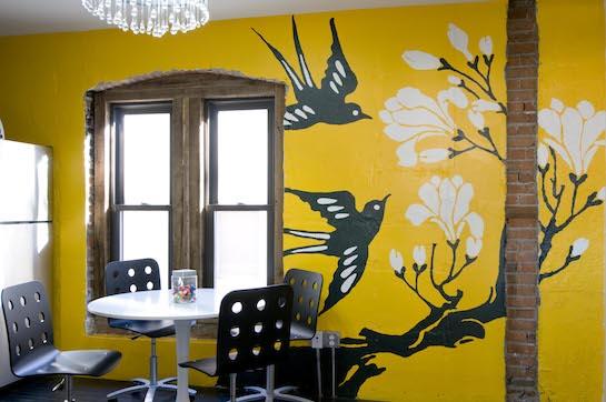 Чёрно-белые птицы на жёлтом фоне сделают комнату светлее