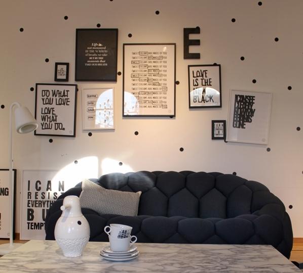 Черно-белый вариант с мелким, хаотически расположенным горошком – отличное решение для авангардных интерьеров